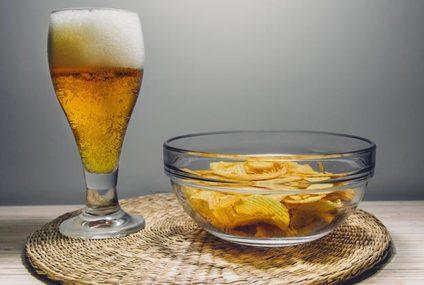 Nederlander drinkt biertje thuis